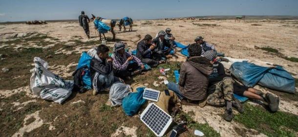 Muli trasportano i pannelli solari: così i pastori turchi caricano gli smartphone