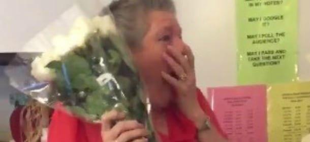 Dopo la morte del gatto, l'insegnante è triste: gli studenti le fanno una sorpresa [VIDEO]