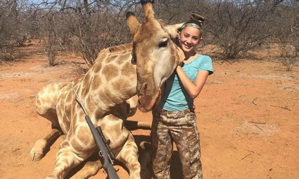 A 12 anni va a caccia e posta le foto sorridenti sui social: minacciata