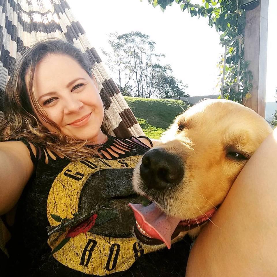 Brasile, cagnolina condivide la coperta con un randagio. La foto è virale