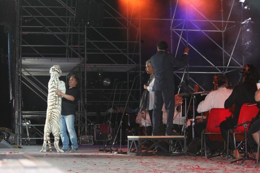 Tigre sul palco al concerto di Bocelli: esplode la polemica