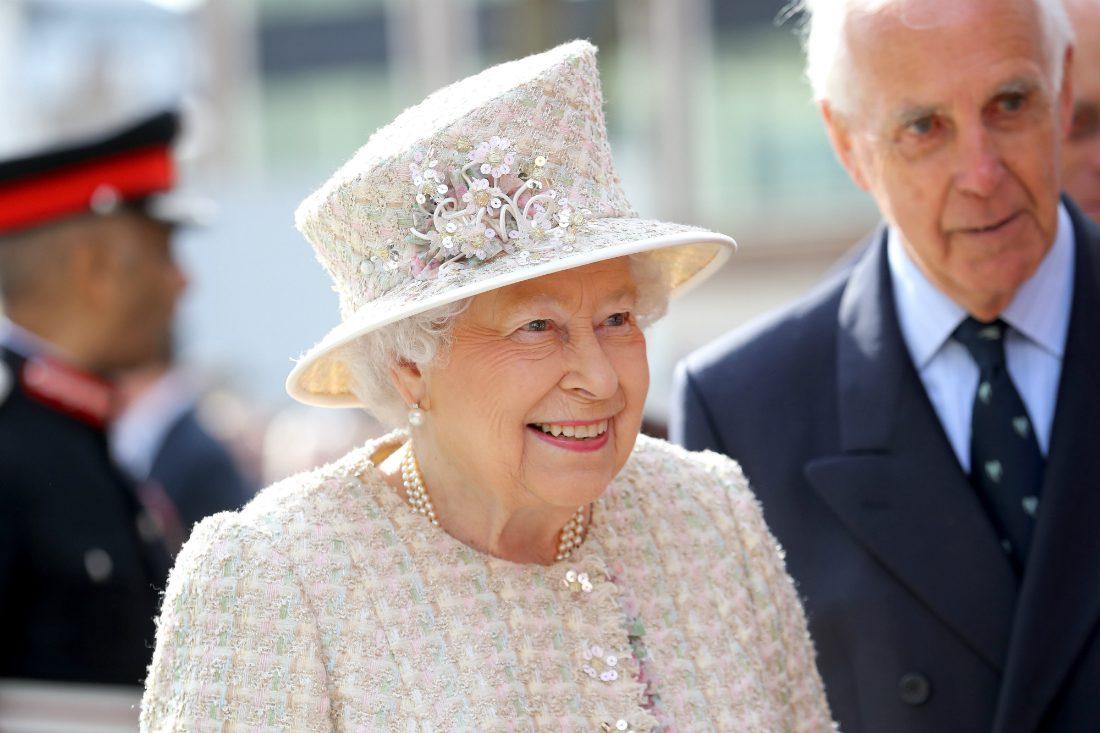 Bimba chiede alla Regina Elisabetta di prendersi cura di uno dei suoi cigni, la risposta sorprende tutti