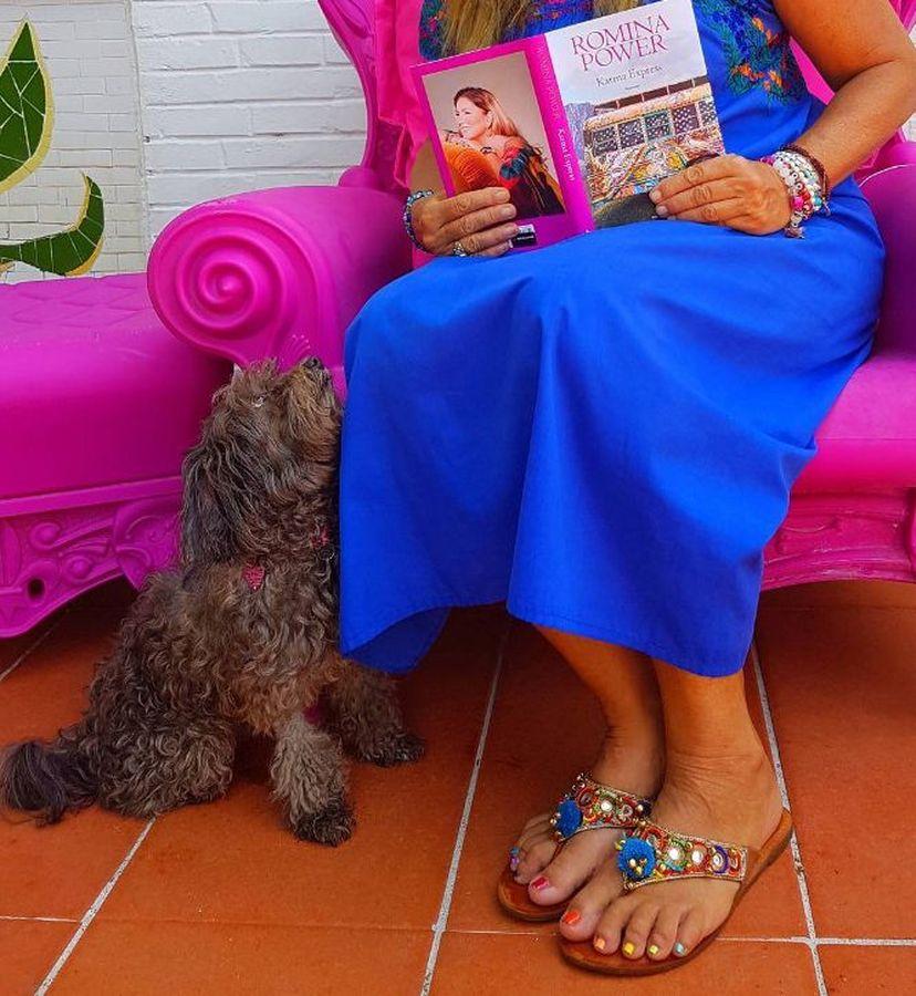 Romina Power in tournée con la sua cagnolina [FOTO]