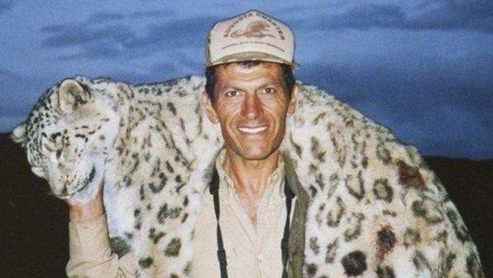 Cacciatore in posa col cadavere di un leopardo delle nevi: il web insorge